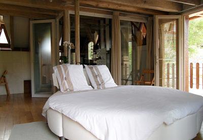 la chambre d h te atypique un quilibre harmonieux entre la nature et une cr ation originale. Black Bedroom Furniture Sets. Home Design Ideas